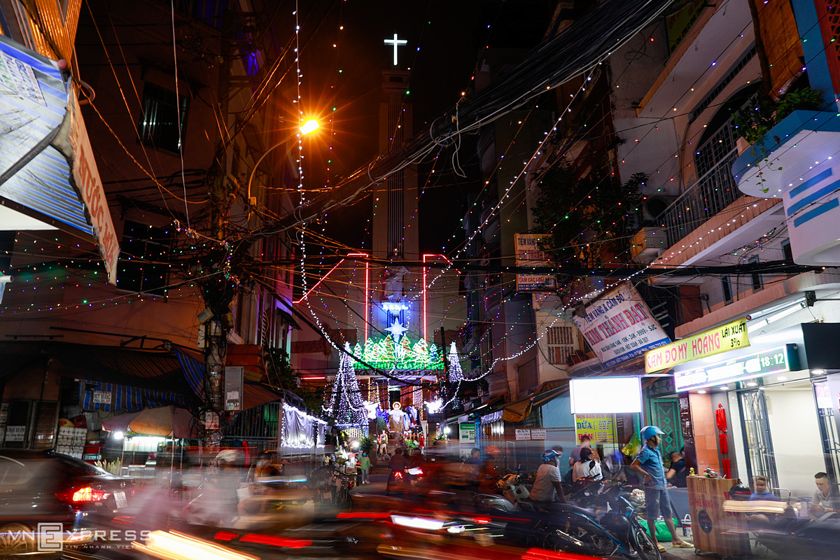 [Caption]aa As the country's biggest archdiocese, Ho Chi Minh City is home to nearly 700,000 Christians. And the community goes to town to ensure that this time of the year remains magical and sparkling.
