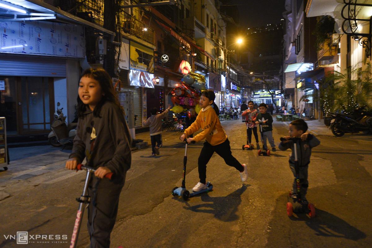Children played on Dao Duy Tu Street.
