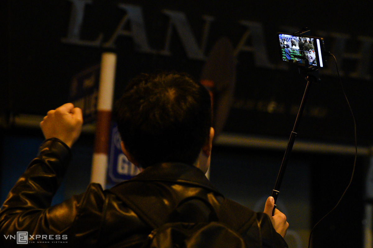 A South Korean tourist live-streamed his experience in the new walking streets.