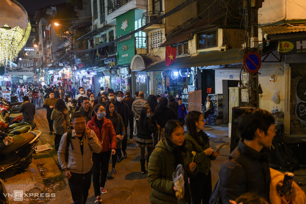 Starting December 25, the pedestrian zone is expanded to cover the streets of Dinh Liet, Gia Ngu, Cau Go, Hang Be, Hang Dau, Hang Bac, Dao Duy Tu, O Quan Chuong, along with Cau Go, Trung Yen and Phat Loc alleys in central Hoan Kiem District.The expanded walking streets are operated as a trial first this weekend, and will officially be launched starting January 1 next year, on the evenings of Friday, Saturday and Sunday weekly.