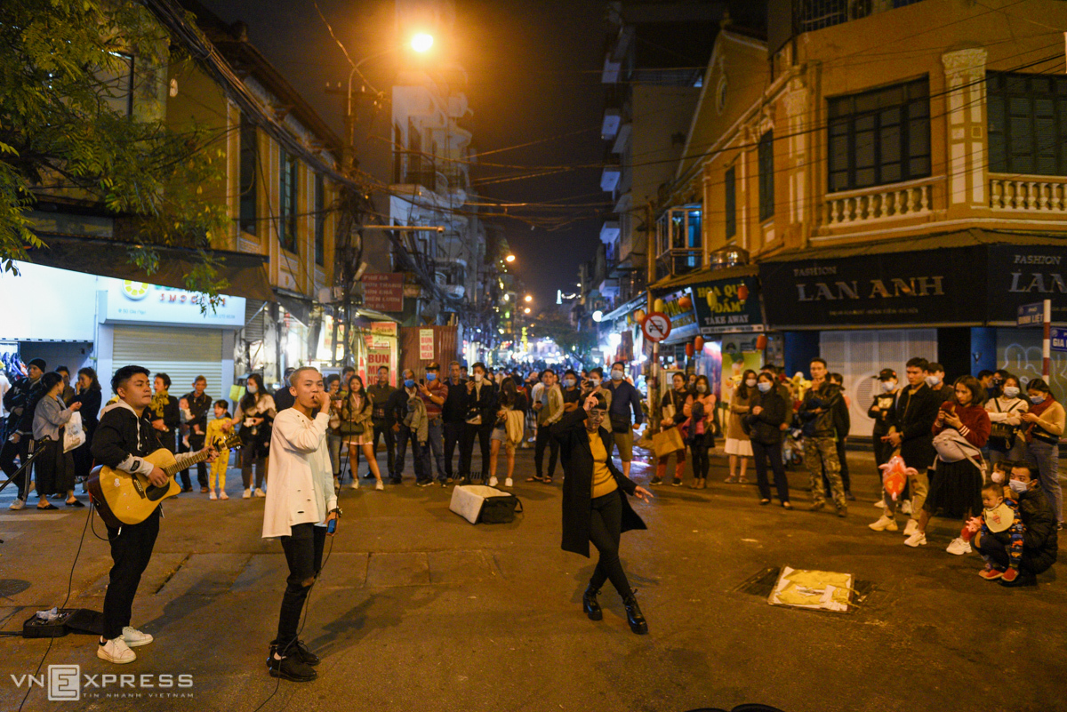 At the intersection of Dinh Liet and Gia Ngu streets, a group of youngsters sang on the evening of December 26, attracting hundreds of audiences.