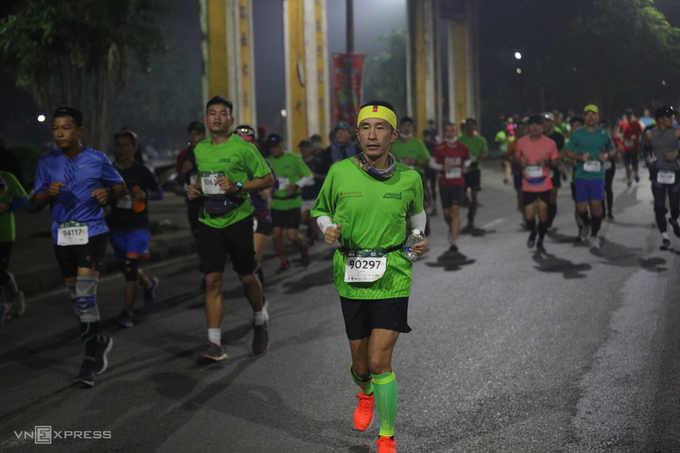 Japanese runner Hiroshi Sahara, joining the 42 km race, passed by Thuong Bac Park, located on the northern bank of the Huong River.