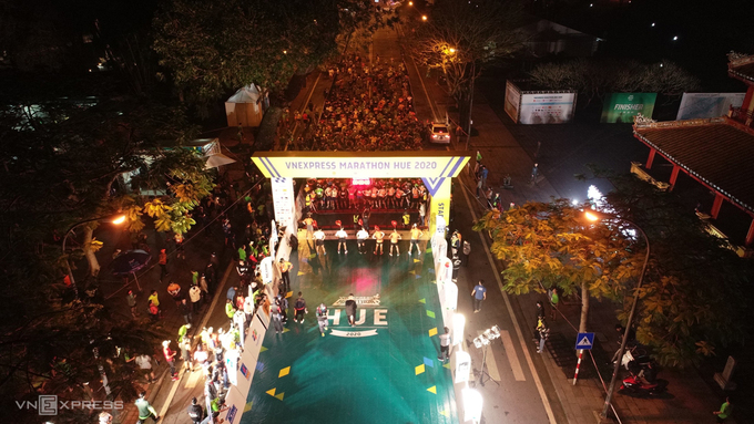 Runners of the 42 km race started their running at 4:50 a.m., the 21 km, 10 km, and 5 km races start later. The races all commenced on Le Duan Street, between the relics of Phu Van Lau, or Pavilion of Edicts and Nghenh Luong Pavilion, two Nguyen Dynasty landmarks.