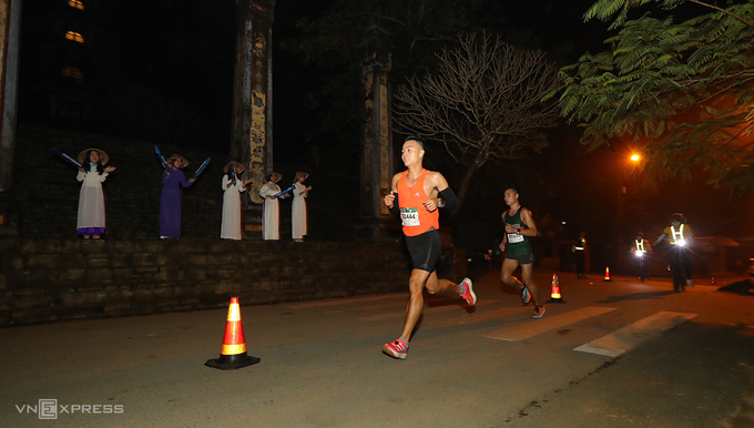 Le Quang Hoa, winner of the 42 km race at the VnExpress Marathon Quy Nhon in 2019, passing by Thien Mu Pagoda (Pagoda of the Celestial Lady), another symbol of Hue, on Nguyen Phuc Nguyen Street.Located on Ha Khe Hill, about five kilometers west of downtown Hue, Thien Mu Pagoda overlooking the Perfume River was built in 1601 and is considered one of the most sacred sites in Vietnam.