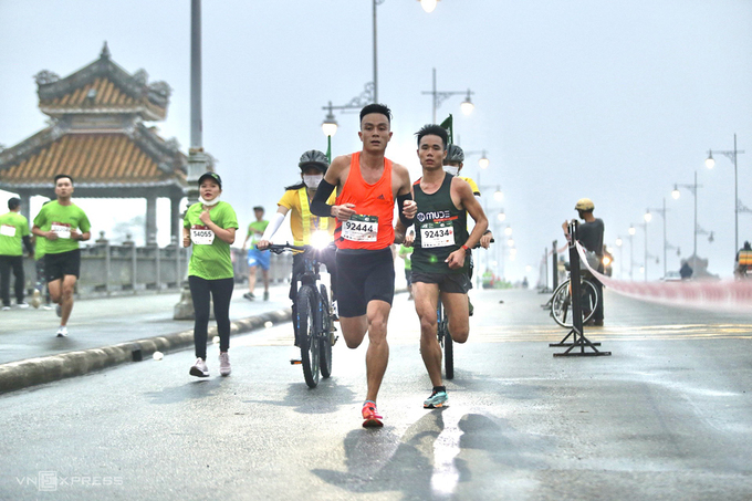 Le Quang Hoa, winner of the mens 42 km race, passed by Da Vien Bridge, which crosses the Huong River in the southwest of Hue.