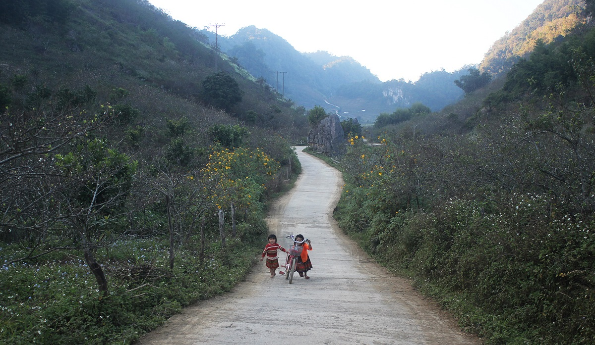 A section of the road leading to Pa Phach Village.