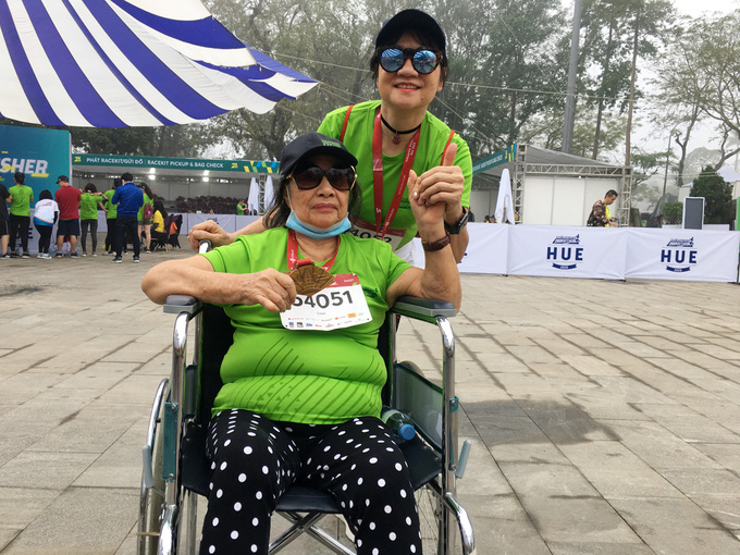 Tran Thi Kim Loan holds her medal after finishing first at the 5 km distance of VnExpress Marathon Hue on December 27, 2020. Photo by VnExpress/Phat Dat.