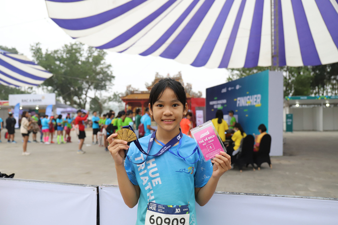 Doan Thi Kim Cuong holds her medal after finishing first at the 10 km distance of VnExpress Marathon Hue on December 27, 2020. Photo by VnExpress/Vo Thanh.