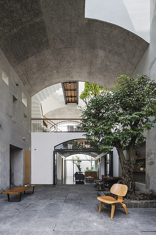 Open space house A three-member family chose a 160-square-meter piece of land in Binh Thanh District, HCMC, to build an open living space.  It overlooks a small alley and the architects created 'outdoor rooms' for the occupants to enjoy natural light and ventilation.