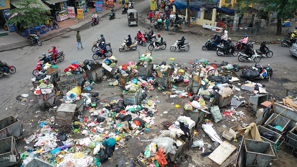 Garbage lay stacked the area behind My Dinh coach station in Nam Tu Liem District as high as a meter.Over the past six days, garbage has not been collected as many employees of Nam Hanoi Group Joint Stock Company, responsible for collecting rubbish in the district, went on strike as their company failed to win a new bidding package, said Nguyen Duc Hiep, deputy director of the districts construction investment project management board, adding that a large number of rollers of this unit  were also damaged.But the firm has failed to pay its staff on time, leading to strikes and uncollected garbage. Hiep said that the companys package will end on Thursday and garbage collection in the district will be done by the Urenco Cau Dien branch under Hanoi Urban Environment Company (Urenco 7).