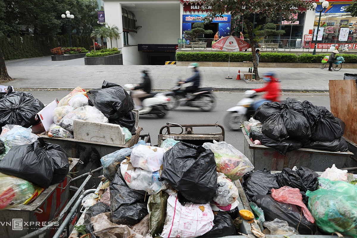 Carts overload with garbage piled up nearly 2 meters high on Nguyen Hoang Street at 7 a.m. on Wednesday.