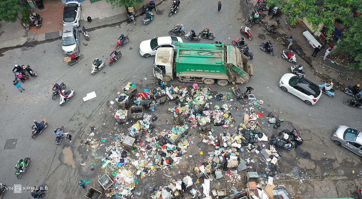 On Wednesday morning, many trucks start to carrying garbage to landfill for burial. Last month, garbage was left to stack up in Tay Ho and Nam Tu Liem districts of Hanoi, disrupting daily life and causing pollution.
