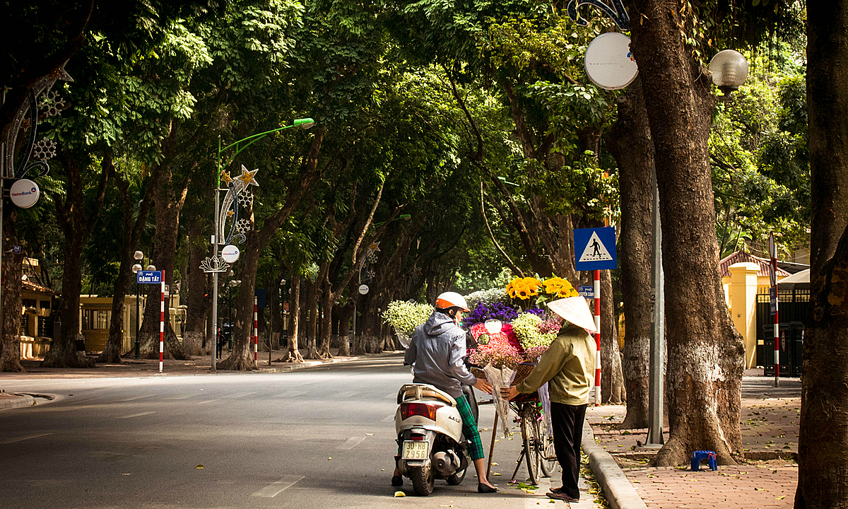 A flower vendor in Hanoi. Photo by VnExpress/Quynh Trang.