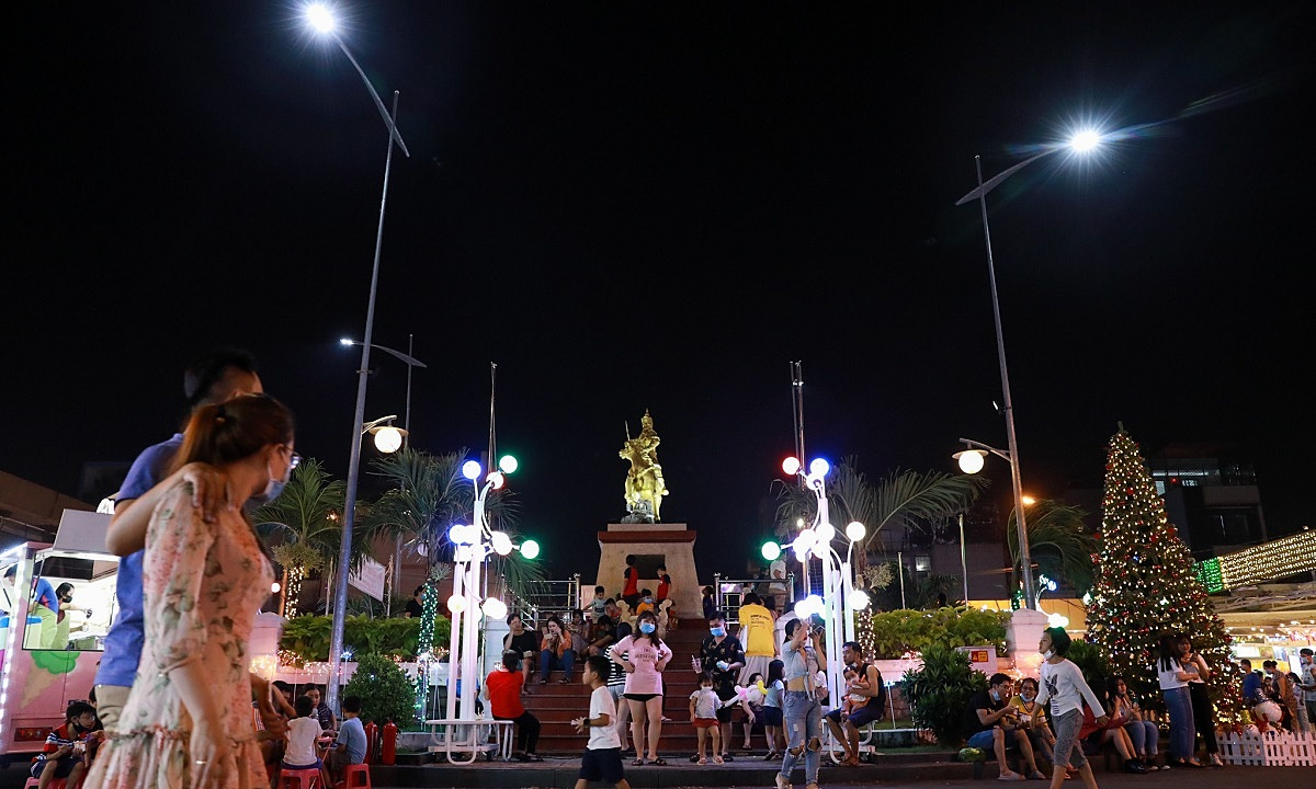 People visit the pedestrian zone near the statue of King Quang Trung in Saigon's District 10, November 2020. Photo by VnExpress/Huu Khoa.