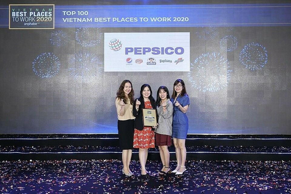 Ho Thi Bach Quyen (L, 2nd),Talent Acquisition Head of PepsiCo Asia, with members of the recruitment team at Vietnam Best places to work 2020 ceremony on October 22, 2020.