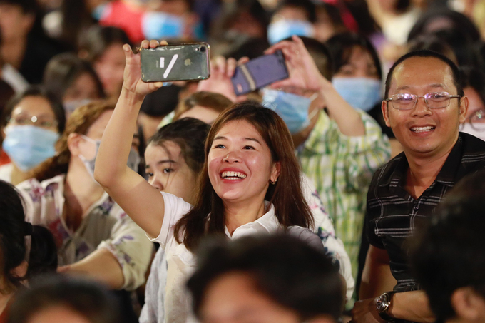 A countdown party featuring many singers is organized on Nguyen Hue. Many surrounding streets in the city center like Dong Khoi, Hai Ba Trung, Ton Duc Thang, have been packed for hours as the number of people venturing out before midnight is escalating.