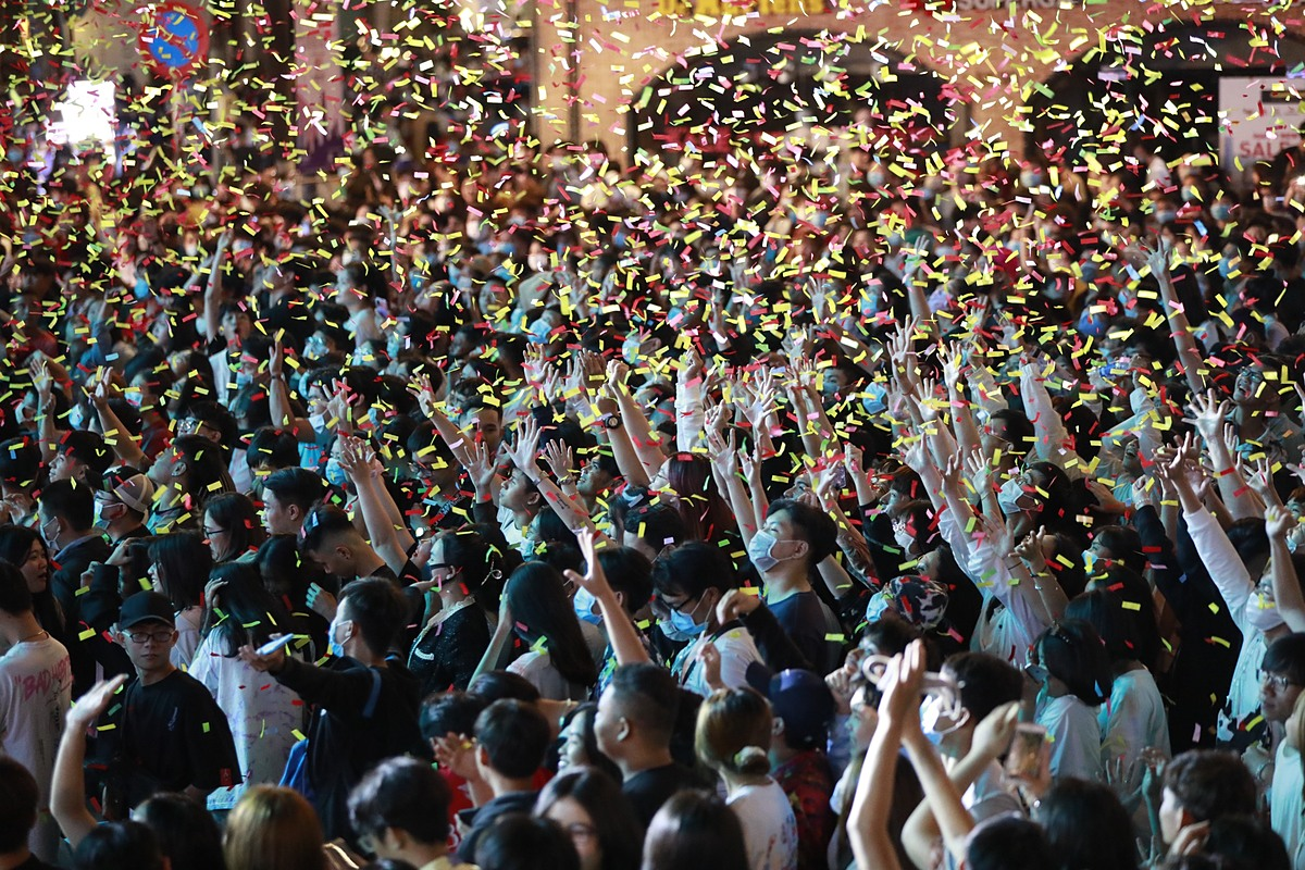 The crowd dances to a concert on Nguyen Hue. Photo by VnExpress/Huu Khoa.