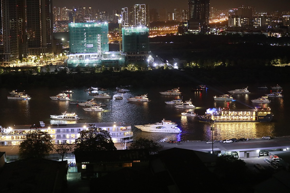 On the Saigon River, cruises join the firework shows audiences. Photo by VnExpress/Huu Khoa.