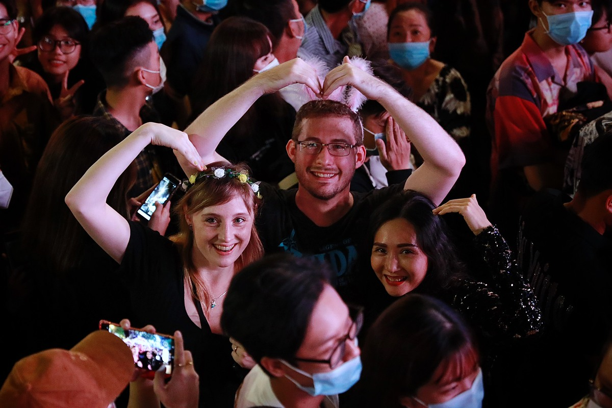 Foreigners send hearts from HCMC. Photo by VnExpress/Huu Khoa.