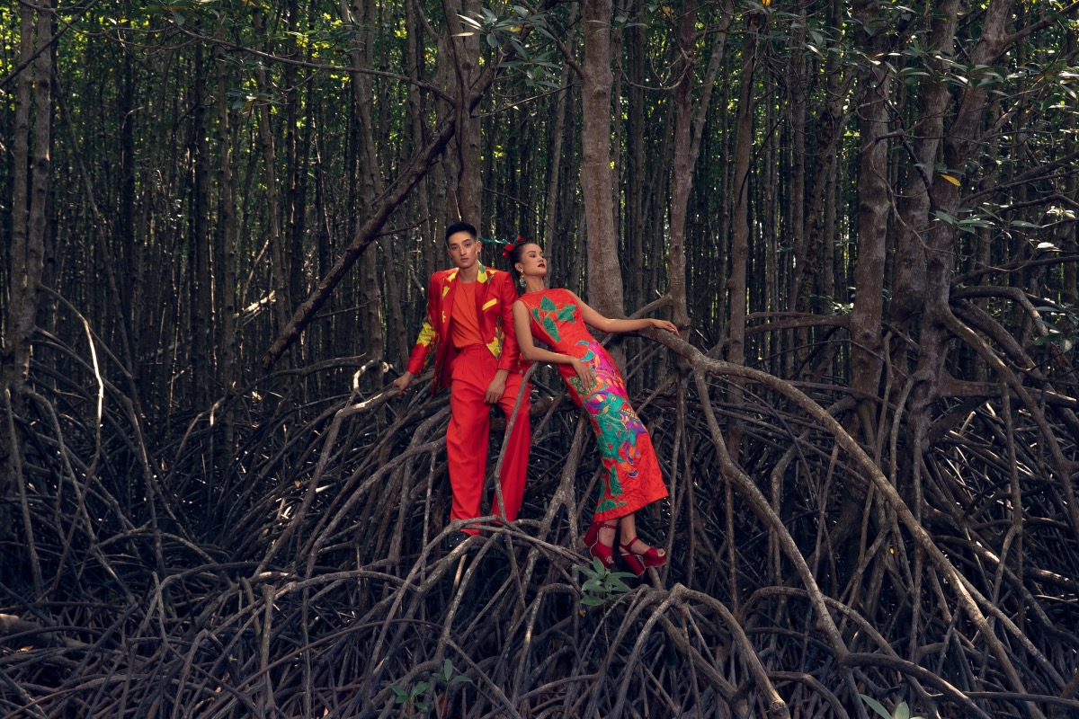 Red fabric with yellow and green patterns can be seen in many outfits in the collection. These colors make a contrast with the dark shades of the forest. Vu Ngoc and Son promote pencil skirts, off the shoulder dresses and classic skirts in the collection.