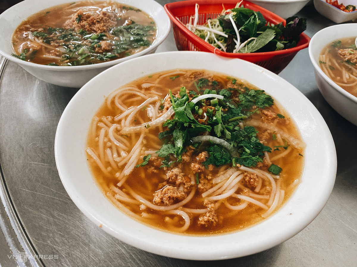 Ba Canh crab noodle soup eatery is in Alley 4 (now 23/6), Ba Trieu Street, Ward 1, Da Lat.