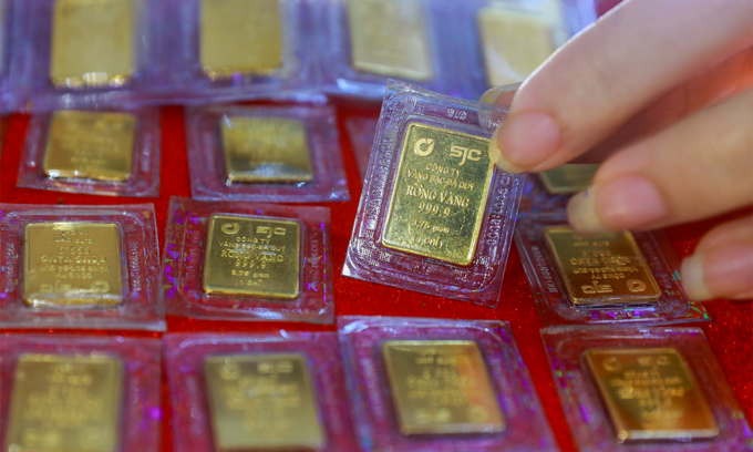 Gold prices hit 4-month high