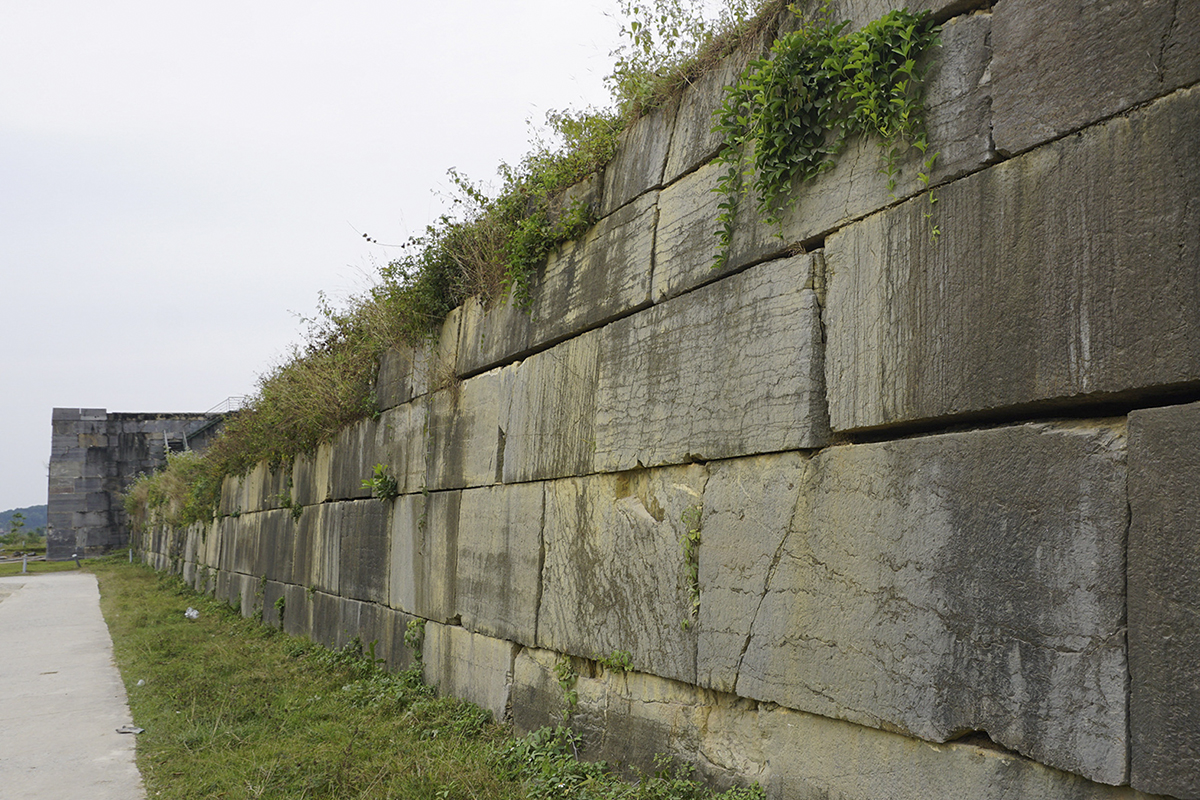 Unlike the north wall, the south wall of the citadel is still in its status quo, and it is the same for the wall in the west and the east.According to the new restoration plan, the stones used for fixing the northern wall must be the type that had been used to build the original one. Then the craftsmen will manually chisel those stones to make them match the former ones on the wall to prevent as many gaps as possible.  The foot of the wall will be strengthened by reinforced concrete.