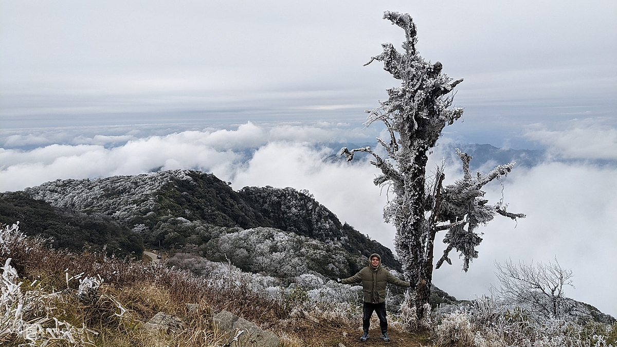 Due to cold weather, visitors to northern highlands mountains to admire frost and ice are advised to wear thick coats, full masks, and socks to keep their body warm. Especially, it is necessary to wear shoes with good friction soles due to the low rain and frost, easy to cause slippery.