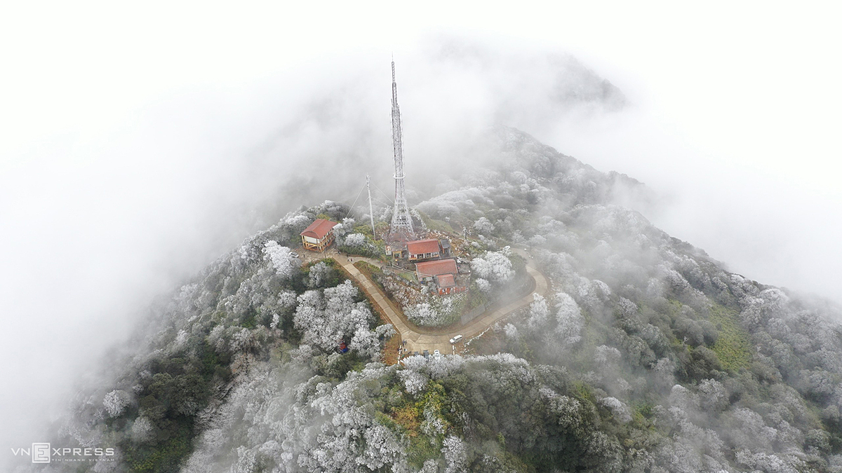 An aerial view of Phia Oac Mountain in Cao Bang Provinces Nguyen Binh District is covered in white frost on Friday as temperatures also dropped to minus 9 degree Celsius, with ice appearing at an altitude of 1,400 meters and above.