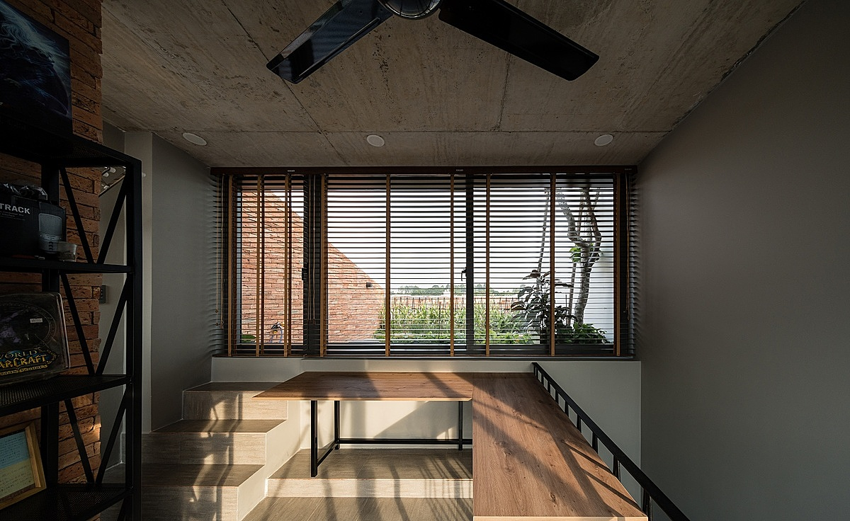 The living space is made of wood furniture with concrete ceiling, giving a cozy shade and making the house more natura.