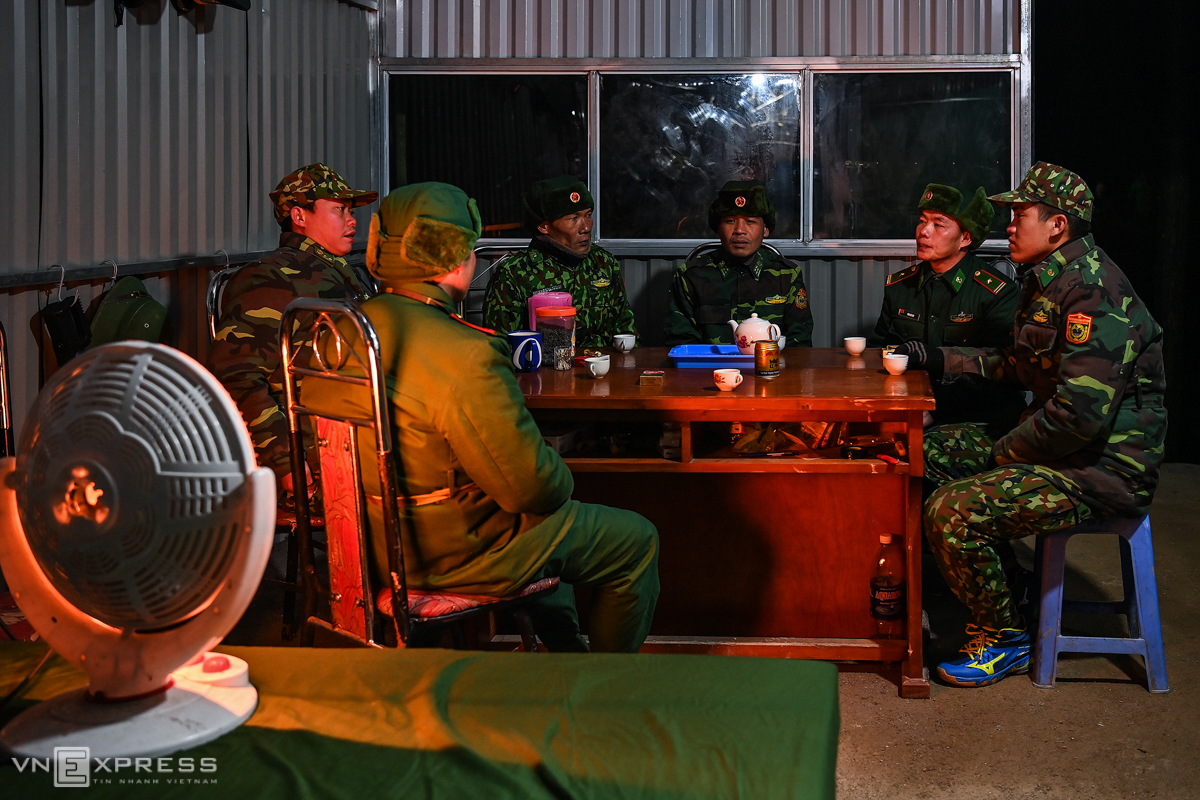 Six members of a team in charge of Post 457 under Xin Cai Border Guard Station in Meo Vac District in the northern mountainous province of Ha Giang meet and discuss work before the night patrol. The northern region, including Ha Giang has gone through six days of a cold snap resulting from a strong cold front with temperatures plunging below zero degree Celsius and many areas in the region covered with frost and snow. Border guards along the northern border have been stepping up efforts to prevent illegal entrants since a large of number of Vietnamese working in neighboring country China would seek to return home for the Lunar New Year, or Tet, in mid-February regardless of chilly weather.