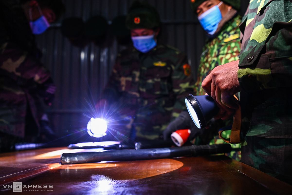 Border guards prepare for flashlights and batons in case illegal immigrants resist with the patrol team. The team patrol all day and they are usually divided into six shifts per day, with 2 to 4 people per team. Depending on weather conditions, each shift lasts 3-4 hours.