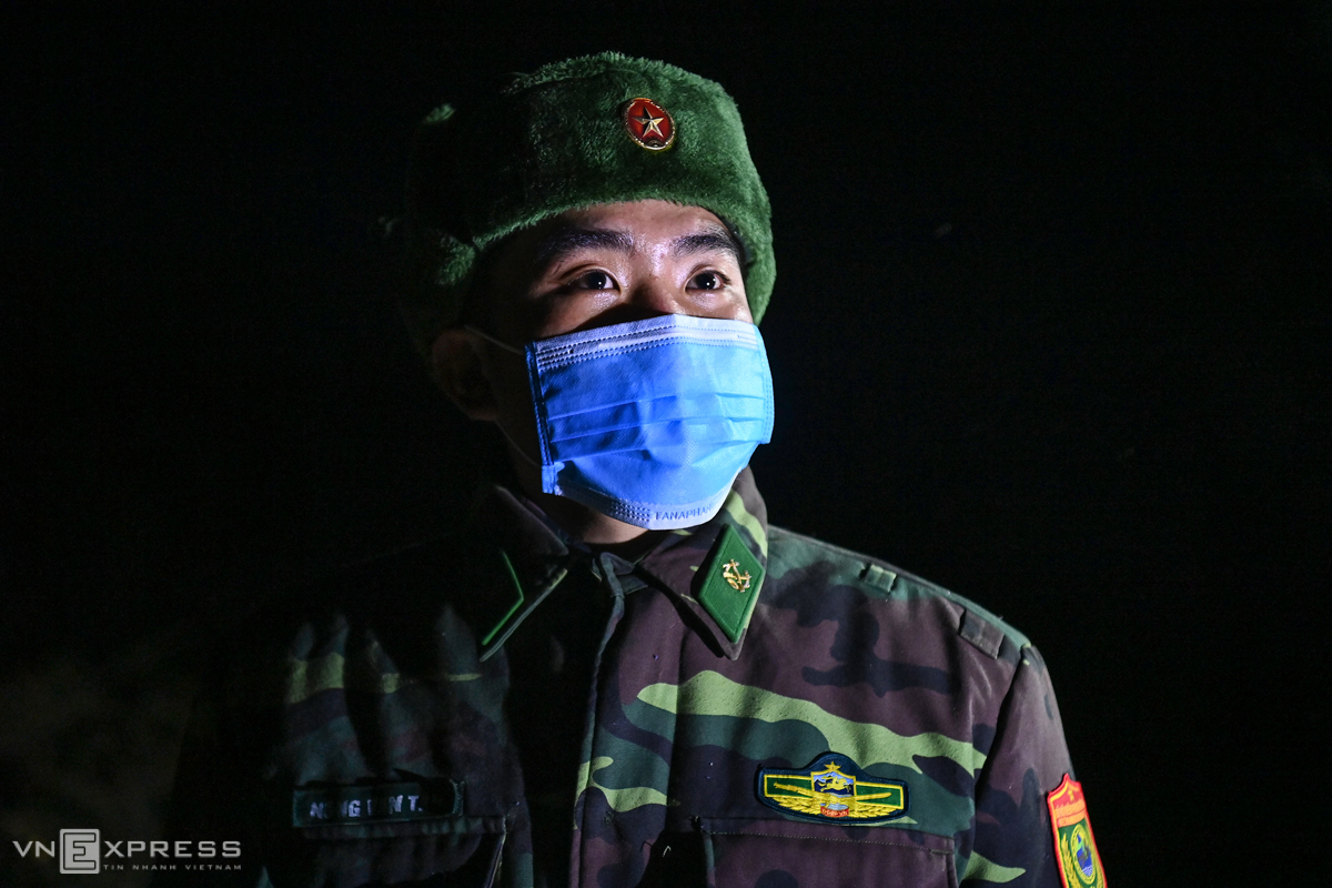 The night-duty session on Tuesday was the last patrol of 21-year-old soldier Nong Van Tan, who will complete two years of military service and return home on January 16. Tan was moved from Ha Giang Border Guard Command to Xin Cai Station from the end of July last year as Covid-19 fight at the border intensified.