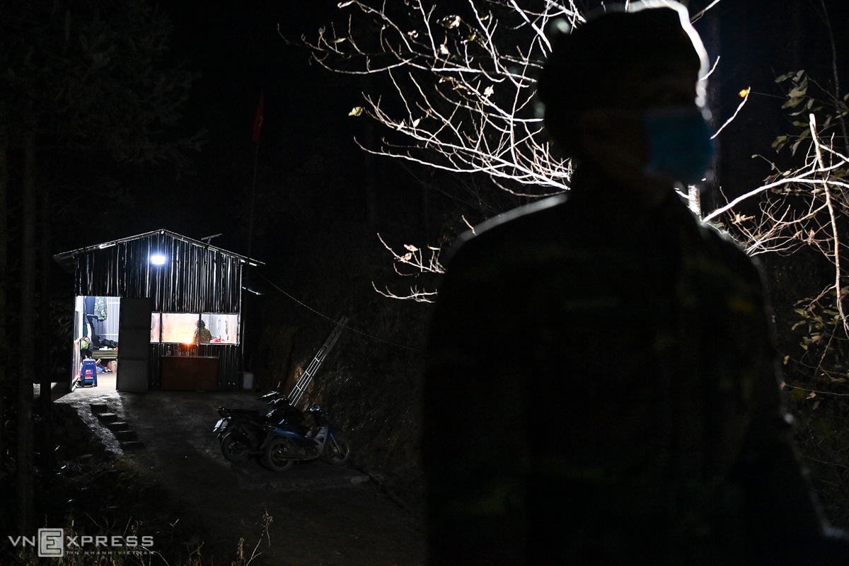 Behind Tan is Post 457, which has been fortified with iron, iron frame for four days when the cold spell came.The team had previously been in a tent that had been temporarily set up by the border line for nearly a year.