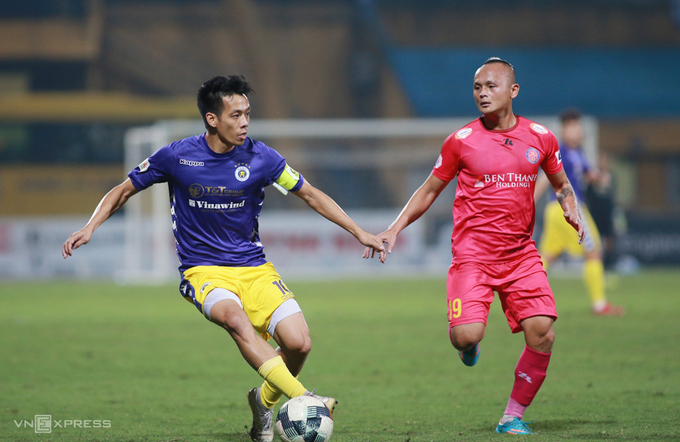 Nguyen Van Quyet (L) is the key player of Hanoi FC in V. League 2020. Photo by VnExpress/Lam Thoa.