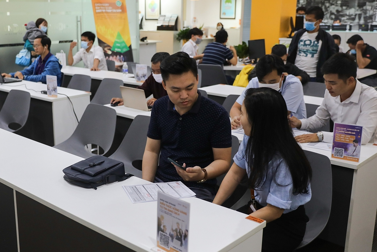 Customers at the transaction office of KB Securities Vietnam (KBSV) in District 1. Phan Hoang Son, director of the companys Saigon branch, predicted that the wave of new investors joining the market can last until the end of the first quarter or when the market shows signs of strong correction or first-time investors experience a loss. First-time investors are pouring cash into and driving the stock market. The number of retail investors entering the market hit a record number in December 2020 with 60,000 new accounts, which took the number for the full year to 392,000, twice as much as in 2019.
