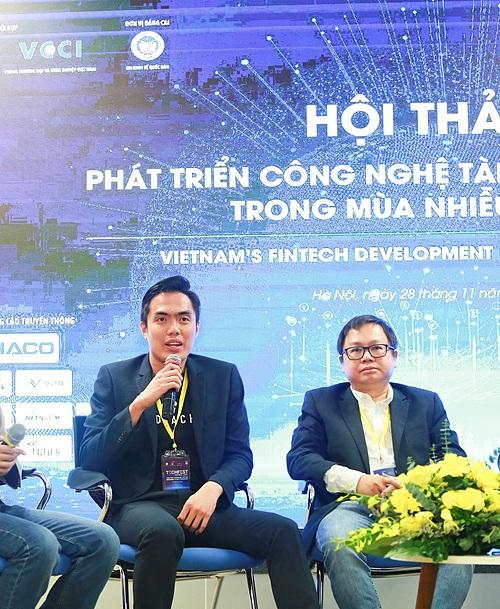 Huy Nguyen, CTO KardiaChain (L) at Tech Fest 2020.