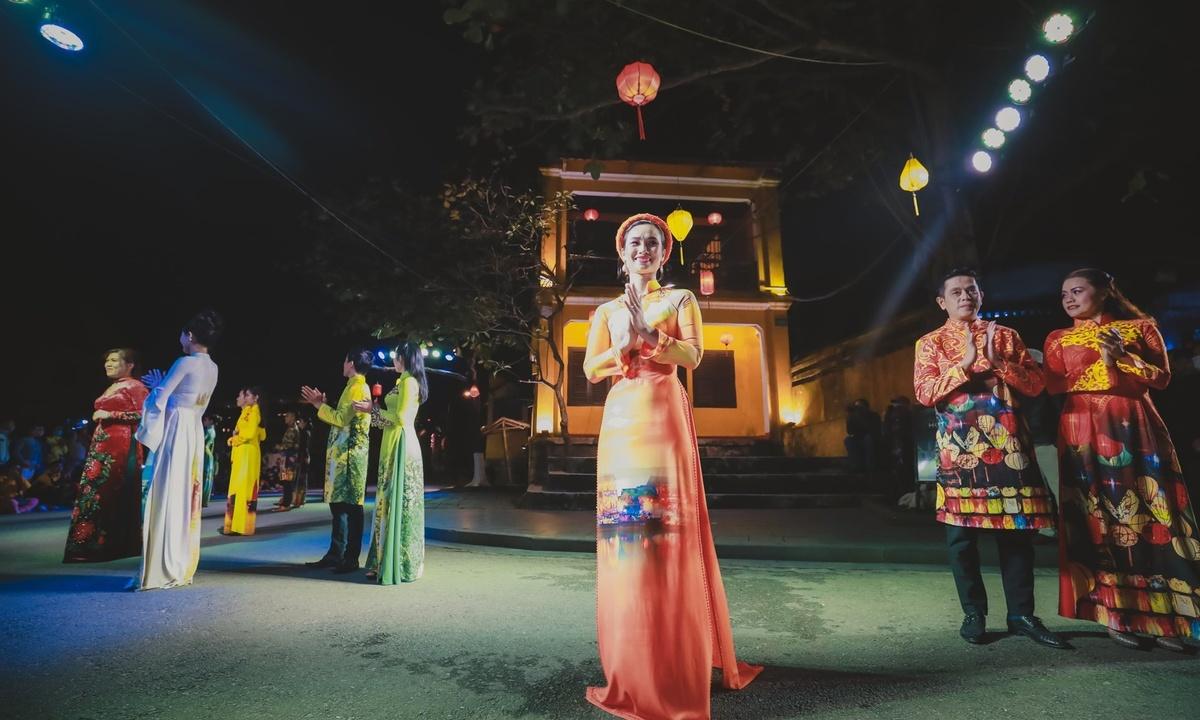 Ao dai show livens up ancient Hoi An