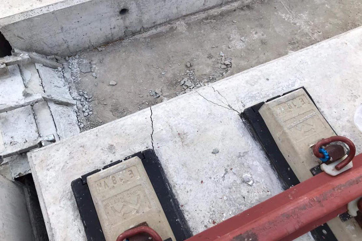Cracks appear on one of the beam a section of HCMCs Metro Line No.1 in Thu Duc District, October 2020. Photo by VnExpress/Trinh Quan