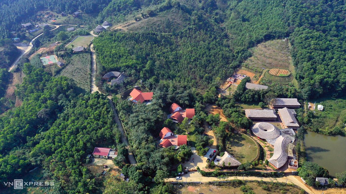 With many of its buildings constructed from natural materials like laterite, clay, bamboo and wood, the 10-hectare-campus in Dong Dau Village, Tien Xuan Commune, 40 kilometres from central Hanoi, was built on a hillside in 2018, with primary- and secondary-grade classrooms, ateliers, sports fields, canteens, as well as a farm.