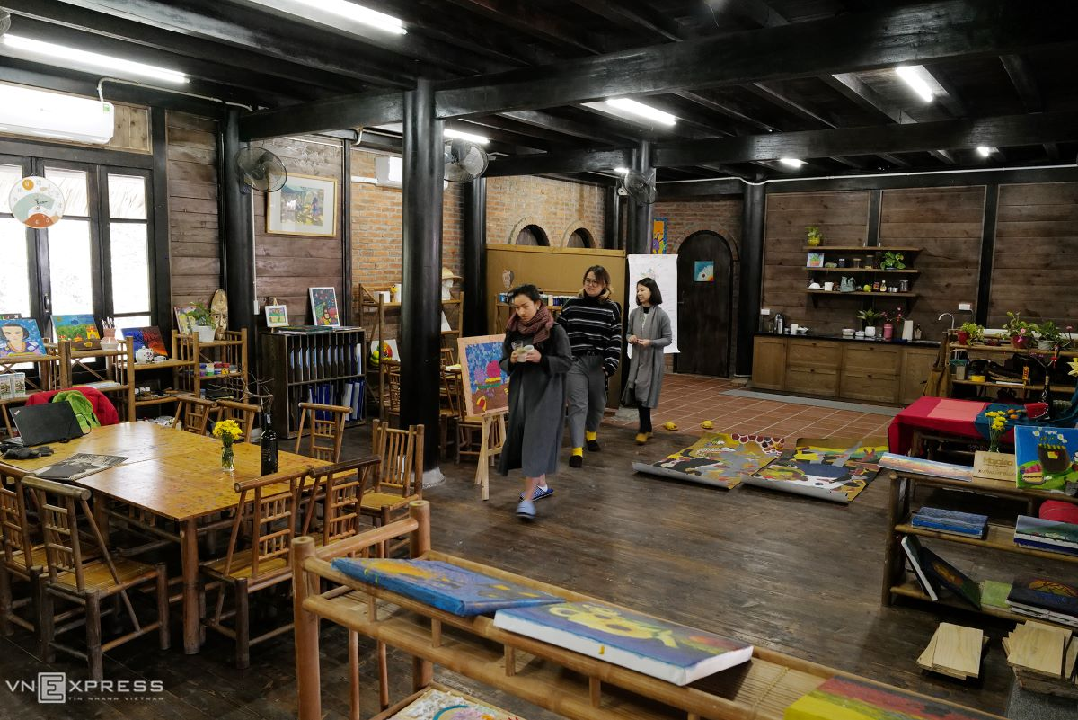 The visual atelier is based inside the primary school's building, with most utensils, beside electric-used, made from bamboo and wood.