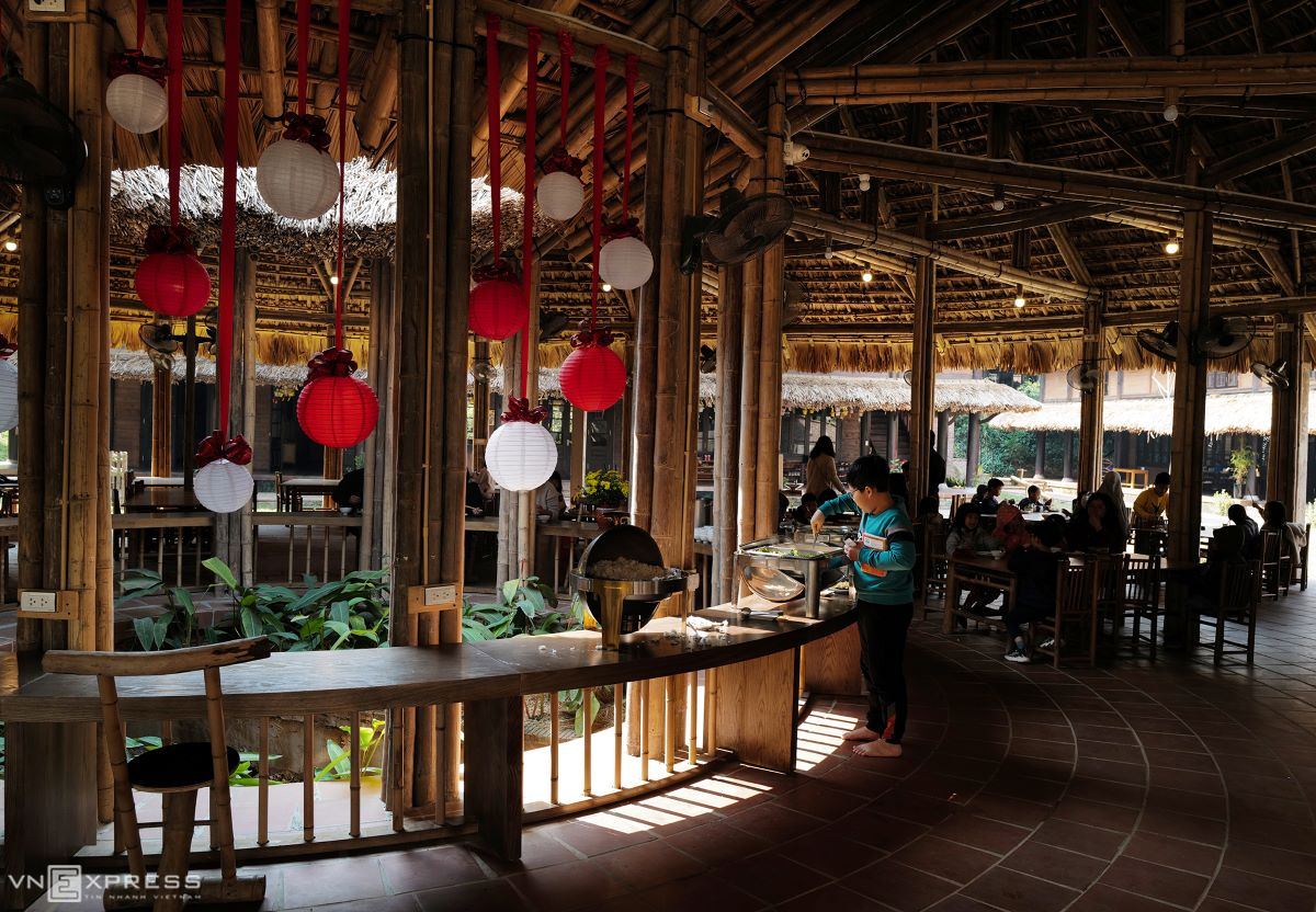 The dining room is an open space with no separating door from the outside, with the whole structure and furniture made from bamboo, wood and natural leaves. With the exception of heavy rain or freezing weather, students have meals in this area every day.
