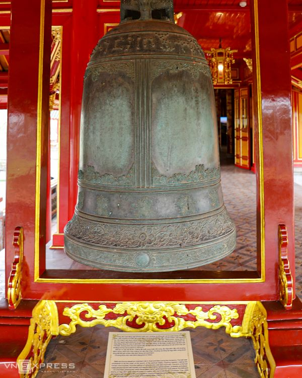 Each side of the pavilion hosts a drum and dai hong chung (the great bell). They were used to convoke meetings.