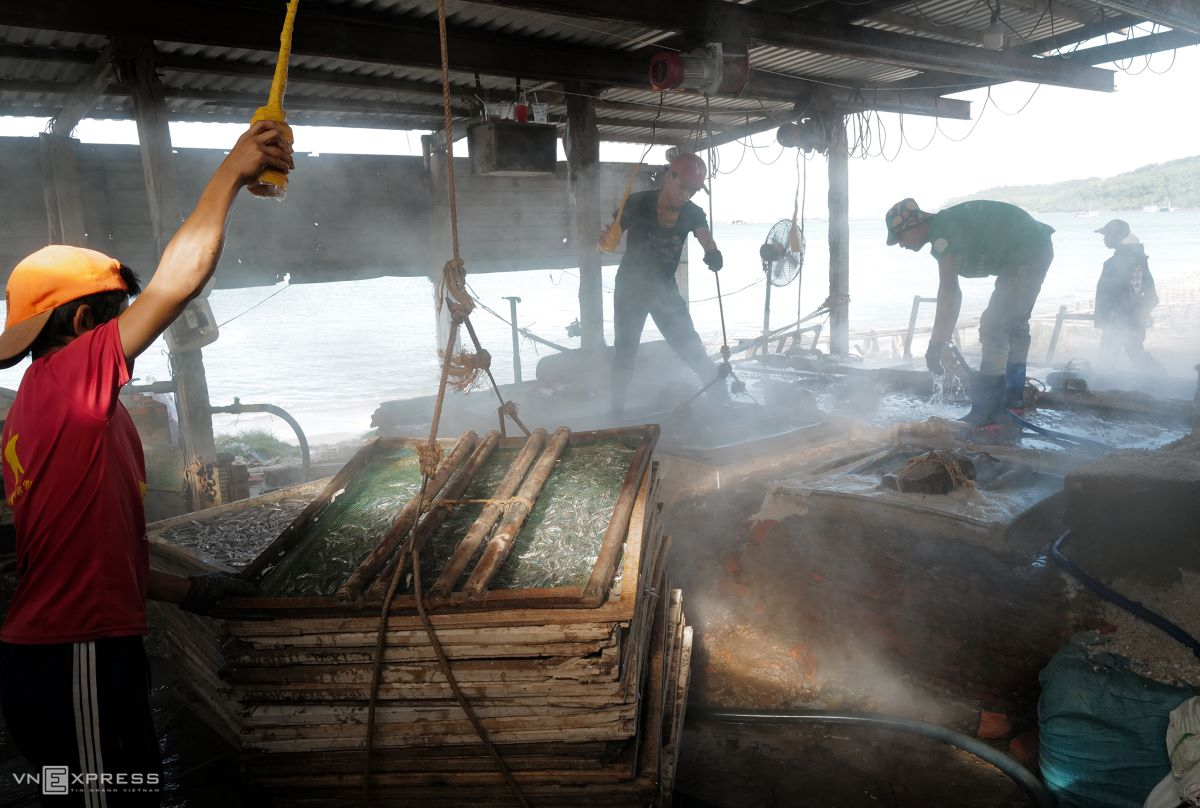 The fish cauldron incorporates a system of pulleys to improve productivity. Anchovies are usually boiled with salt at midnight or early morning. Each boiling batch consists of 10 net trays and gets brought out to the sun on that same morning.