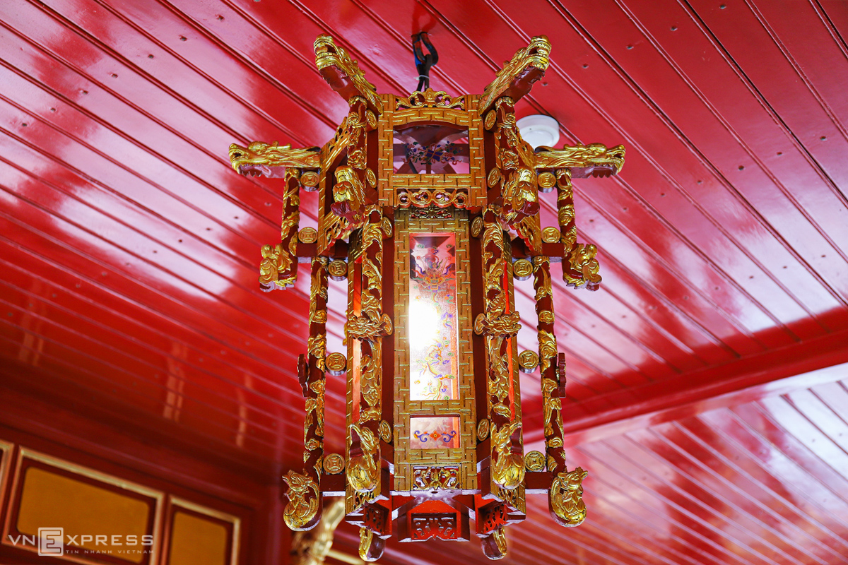 Lanterns with stylized dragons and phoenix carvings.