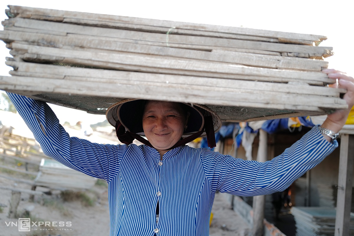 I come all the way from An Giang Province to earn some cash for the Tet (Lunar New Year) holiday. The tasks do not require specific skills. You just have to be in good health. My husband and I receive VND500,000 ($22) a day if we work hard, said Nan Thu, a 50-year-old worker, smiling.