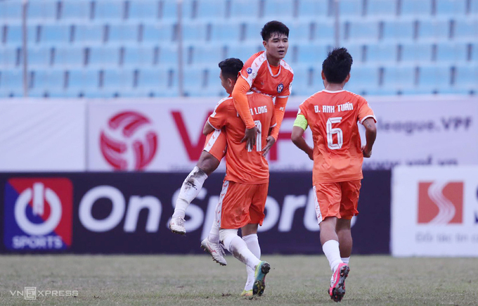 SHB Da Nang players celebrate their goal during the V. League game with HCMC FC on January 17, 2021. Photo by VnExpress/Hai Nam.