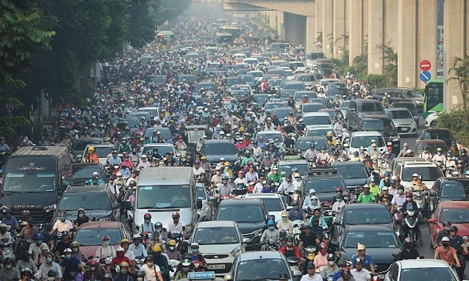 Vehicles are stuck in a traffic jam in Hanois Nguyen Trai Street, May 11, 2020. Photo by VnExpress/Ngoc Thanh.
