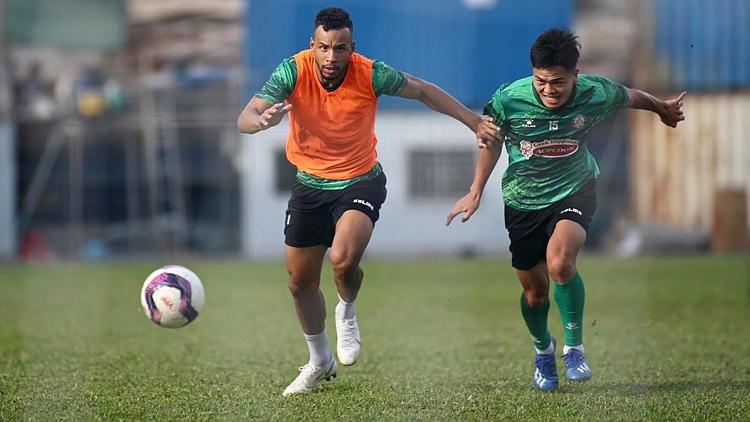 Dário (L) in a training of HCMC FC. Photo courtesy of HCMC FC.