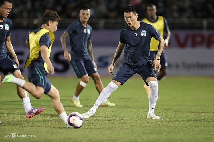 Kim Dong-su warms up before the V. League game between Hoang Anh Gia Lai and Saigon FC on January 17, 2021. Photo by VnExpress/Duc Dong.